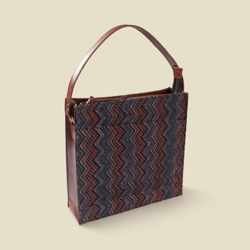 Brisky square box sling bag